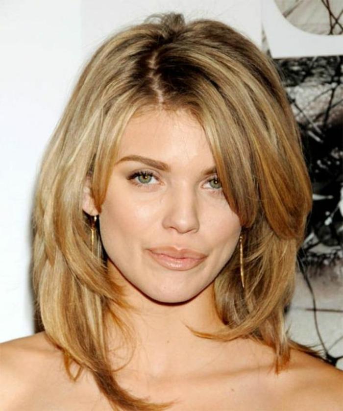 coiffure pour visage ovale, coupe cheveux visage ovale, bob dégradé, raie de côté, mèches étagées, cheveux blonds avec des racines noires