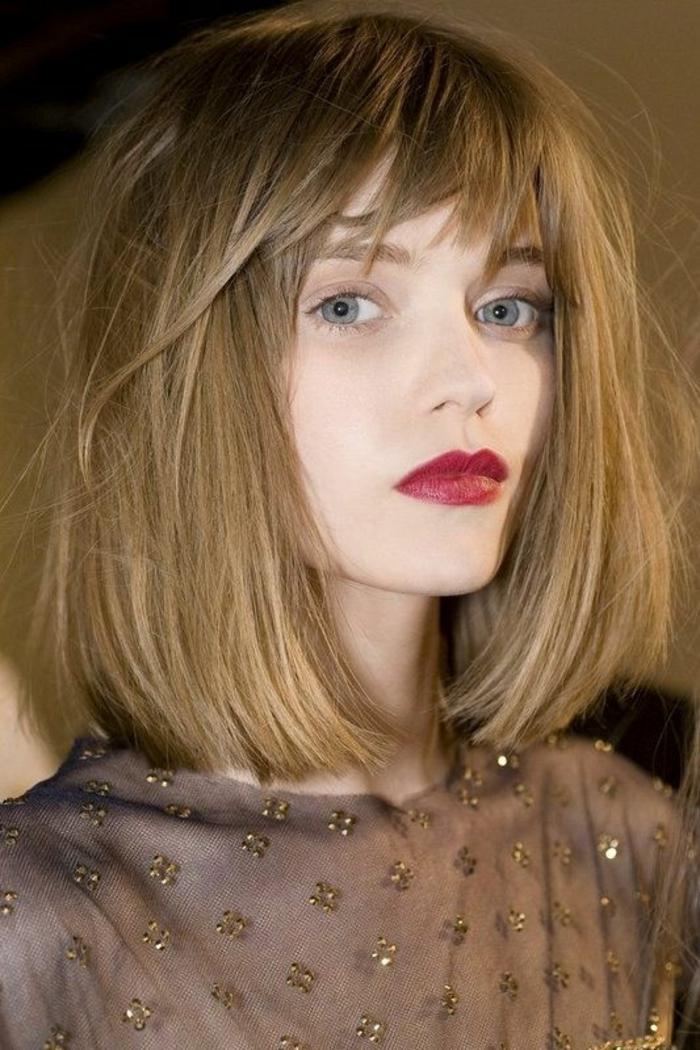 quelle coupe de cheveux pour visage ovale, coiffure femme visage ovale, carré avec longueur aux épaules, raie de côté, coloration blond cendres