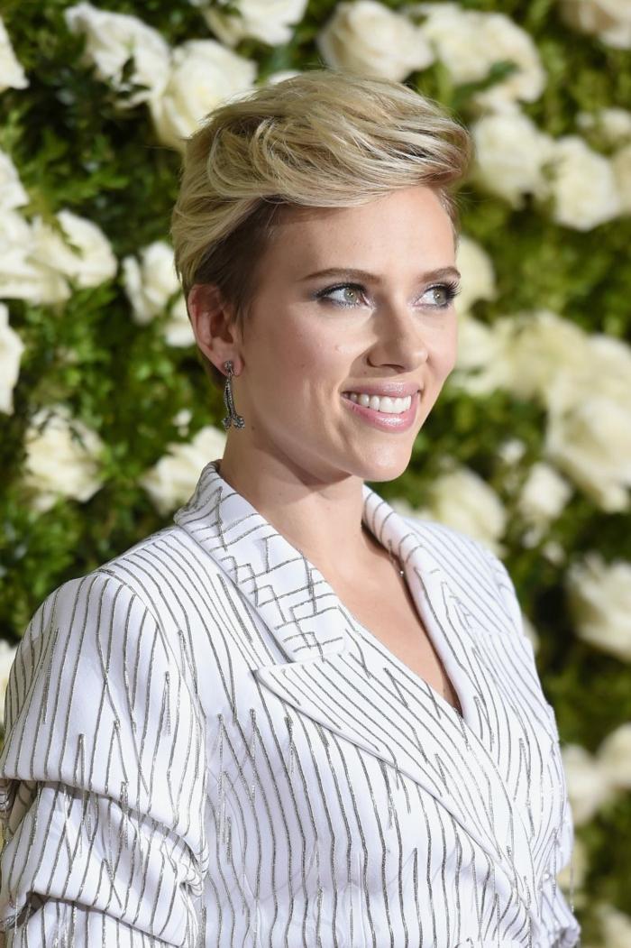 coiffure pour visage ovale, pixie très court, coloration blonde, cheveux rasés autour des oreilles, frange avec effet volumineux devant