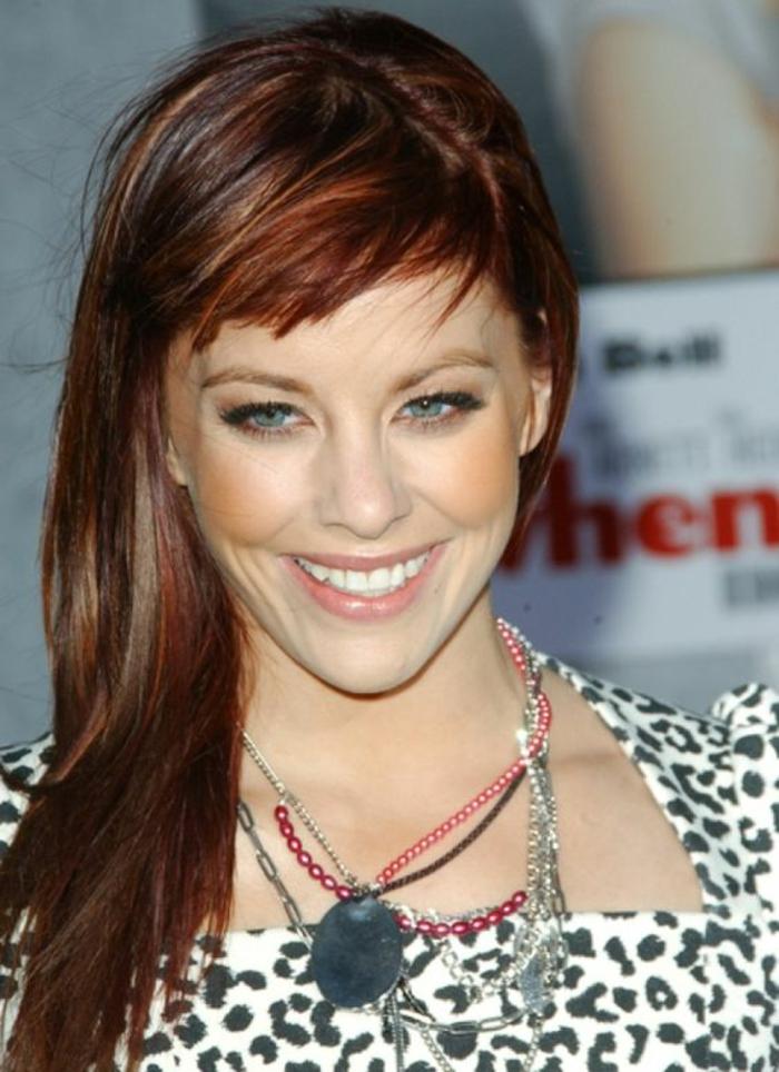 quelle coupe de cheveux pour visage ovale, coiffure femme visage ovale, cheveux longs en couleur rousse, avec la raie de côté, frange courte enfantine