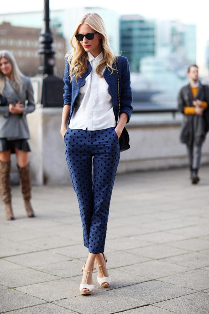 vision chic avec costume femme dépareillé composé de pantalon imprimé de coupe cigarette et un blazer court de la même couleur bleu marine