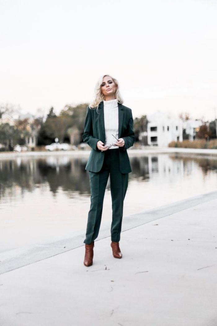 look rétro chic inspiré des années 70 en tailleur pantalon vert associé à un pull doux à col roulé et des bottines chic en cuir