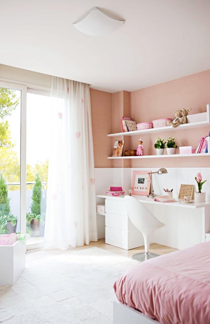 modèle de chambre ado fille 12 ans aménagée et décorée en couleur blanc et rose pastel