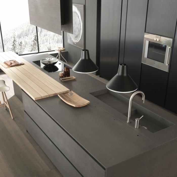 aménagement de cuisine en couleur gris anthracite avec finitions métalliques, modeles de cuisine avec fenêtres grandes