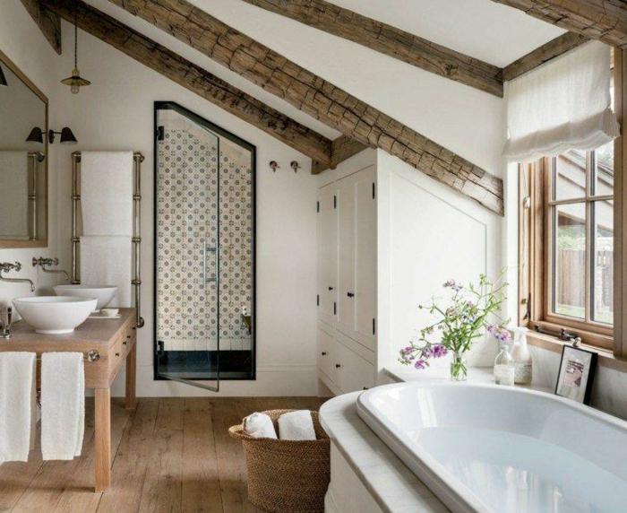peinture murale blanche et poutres apparentes, salle de bain 2m2, déco rustique en bois et blanc