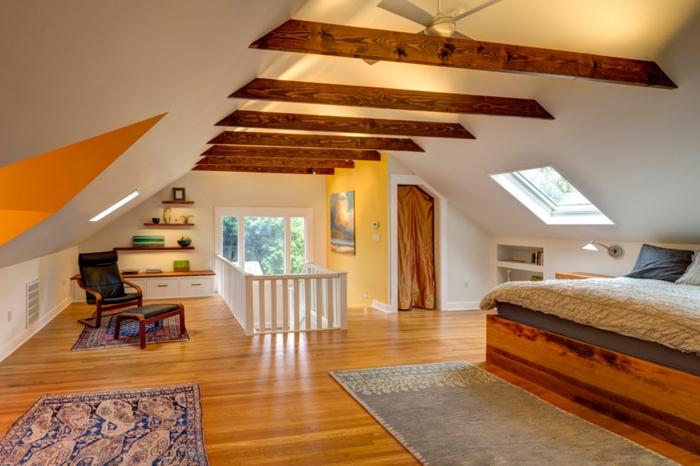 amenagement des combles original, matières contrastantes, poutres apparentes, plafond blanc, lit en bois, étagère murale sur mesure