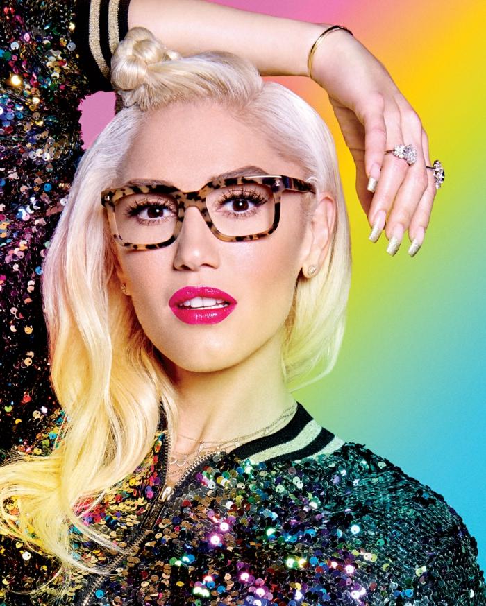 comment choisir ses lunettes, Gwen Stefani avec un look excentrique de fiesta, veste en sequins, bagues avec des grandes pierres blanches, monture en noir et beige