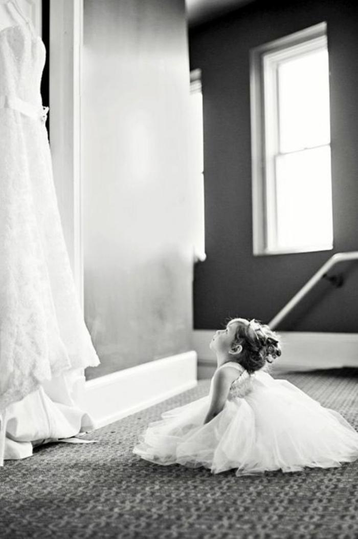 Belle fille en robe demoiselle d'honneur robe petite fille d'honneur photo mignonne fille qui regarde la robe de mariée