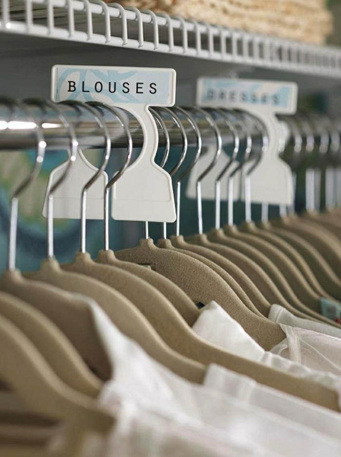 des étiquettes pour les types de vêtements, cintres systématisés, meuble de rangement, penderie, casier de rangement, meuble casier