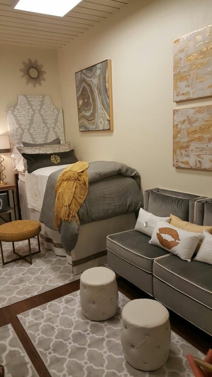 intérieur dans une chambre de 9m2, canapé et fauteuils en velours gris perle, couverture lit en velours gris perle, trois tapis rectangulaires en beige et blanc