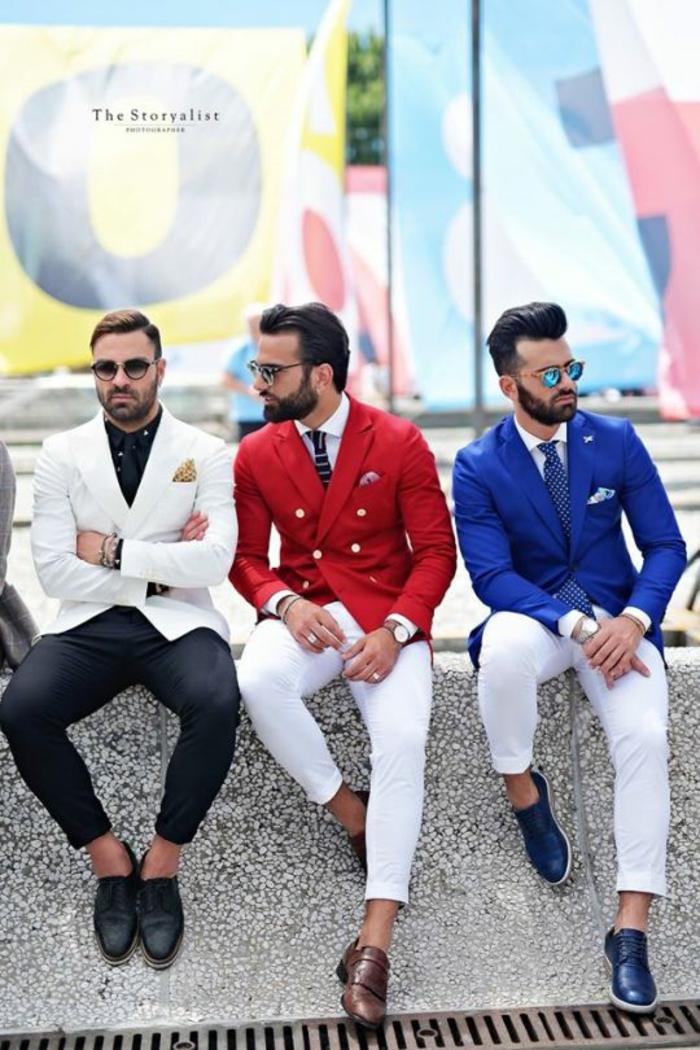 3 looks en style italien, pantalons moulants blancs et un noir, mocassins colorés, veste de costume homme en couleur bleu roi avec mouchoir de poche en bleu ciel
