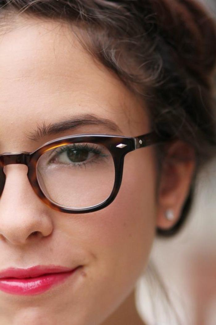 une monture lunette stylée en marron et jaune, style rétro, lunette tendance, monture pour visage rond, teint mat de la peau