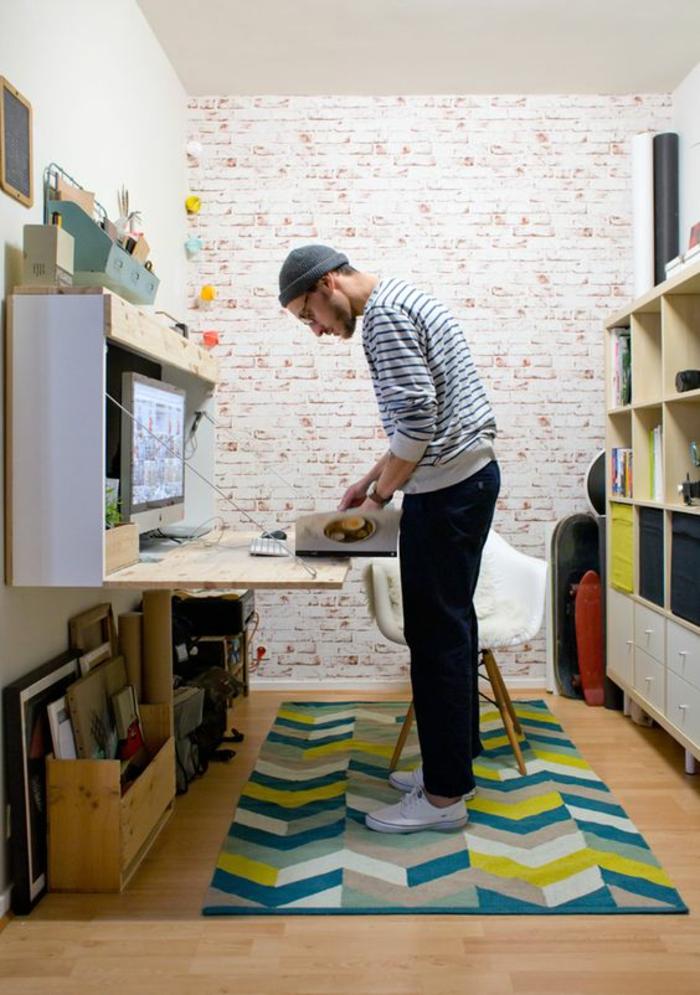 aménager une chambre de 10m2, tapis rectangulaire en couleurs flashy, en vert réséda, jaune et bleu indigo, bureau pliant, déco chambre étudiant