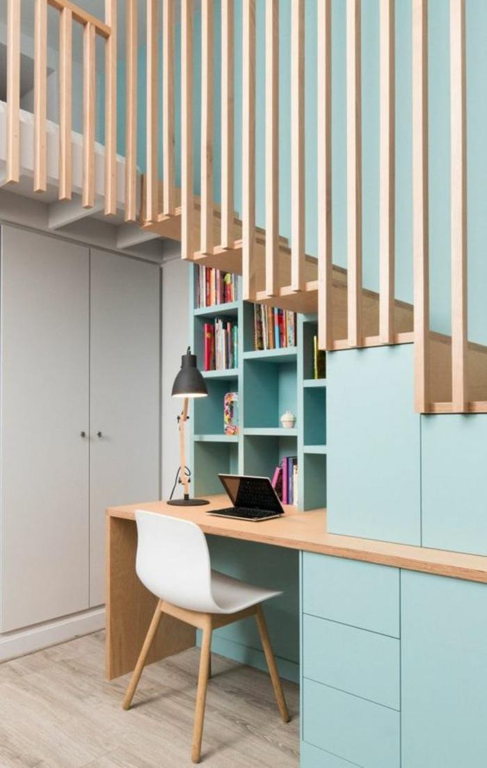 en couleur baby bleu et blanc, aménagement studio 20m2, bureau avec plan de travail en beige clair, imitation bois, chaise en plastique blanche avec des pieds en bois clair