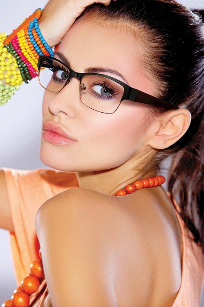 lunette tendance en noir, en métal et en plastique, forme carrée et couvrante le haut des pommettes, modèle de monture actuelle
