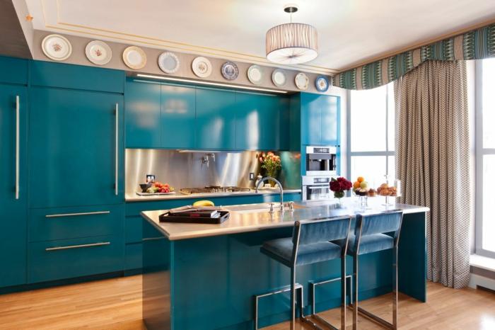 cuisine repeinte, meubles en bleu canard, plats décoratifs sur la partie haute du mur, près du plafond, luminaire tambour en tissu ivoire semi-transparent