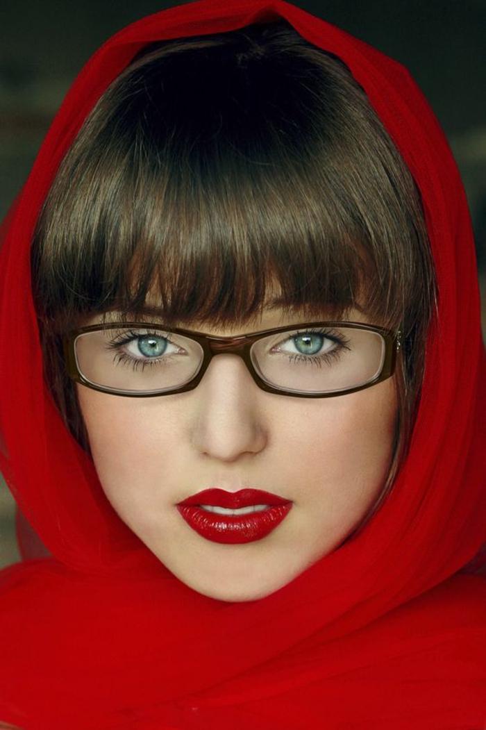 quelle type de lunette rectangulaire pour un visage en cœur, couleur marron, femme qui a enveloppé sa tete de tissu rouge