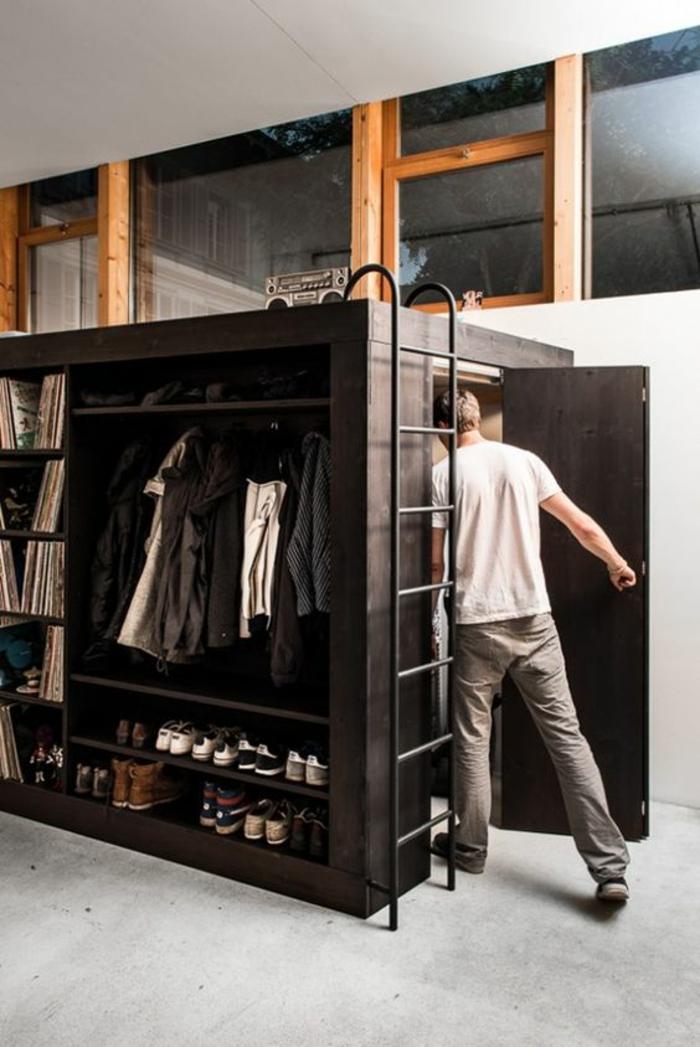 chambre d'étudiant, pièce avec sol en gris, échelle noire en métal pour grimper sur le lit, cube avec porte, étagères pour les chaussures