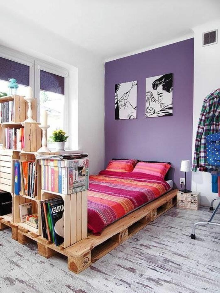 decoration interieur appartement, mur au-dessus du lit en lila, stores fenêtres en lila, lit en palettes, linge du lit et coussins en fuchsia et orange