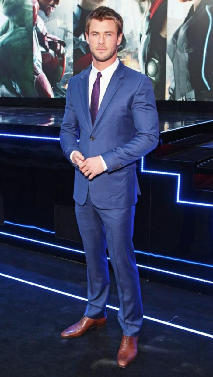 costume bleu roi, cravate fine en bordeaux, chaussures marron, look pour la présentation d'un film, Cannes 2017