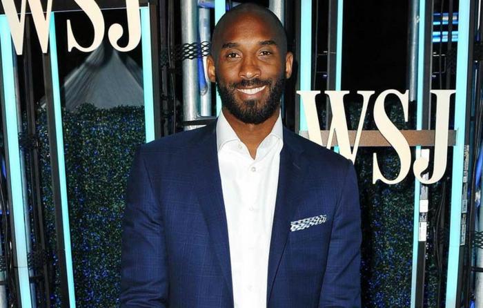 idole du basket, Kobe Bryant, veste de costume homme avec mouchoir de poche en bleu et blanc, chemise blanche rayonnante