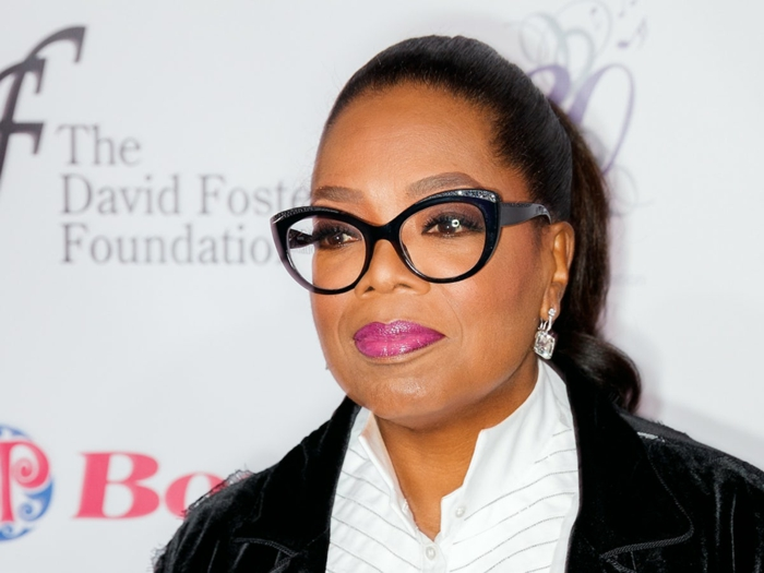 Oprah Winfrey avec lunette papillon noire, branches épaisses, partie supérieure ornée de petites pierres brillantes, look de star très glamour