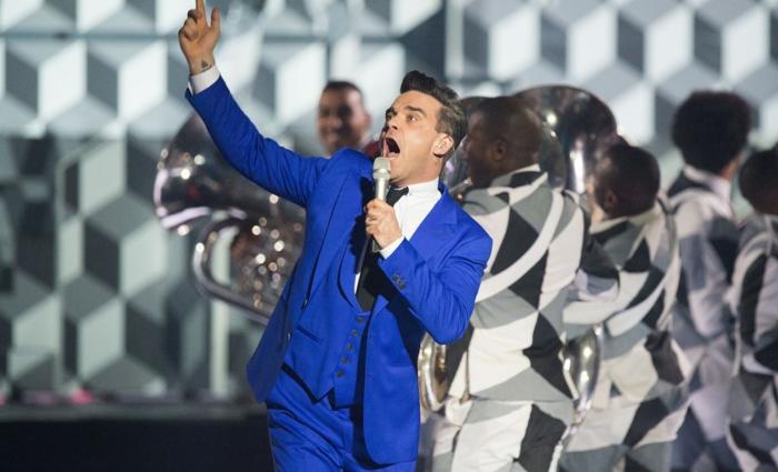 veste costume bleu roi, Robbie Williams en concert, chemise blanche, cravate noire, gilet bleu roi, grande scène