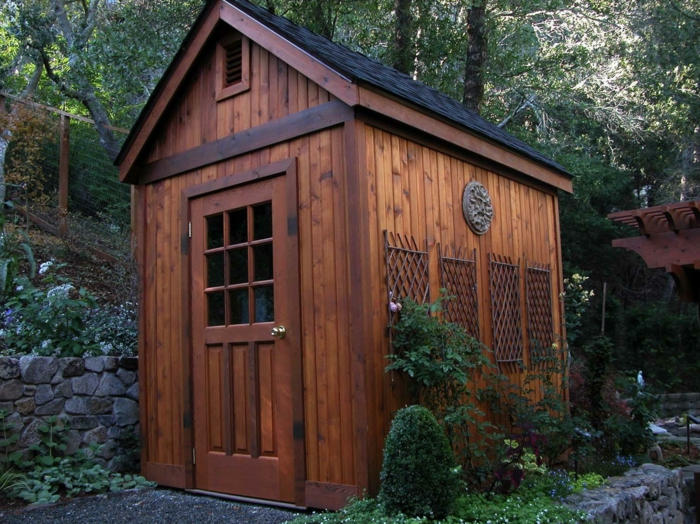 abri de jardin en bois pour mettre dans le jardin et stocker ses outils et ses instruments
