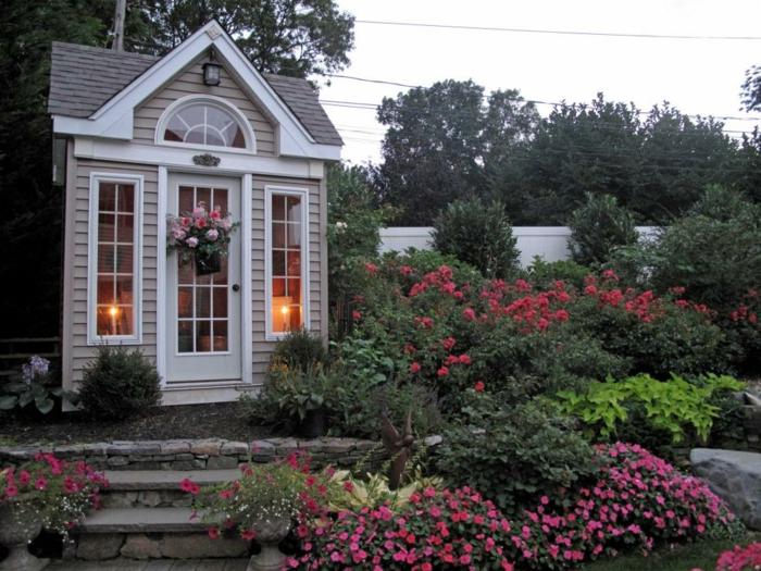 personnaliser son abri de jardin en créant un jardin, abri style shaby chic avec grandes fenêtres