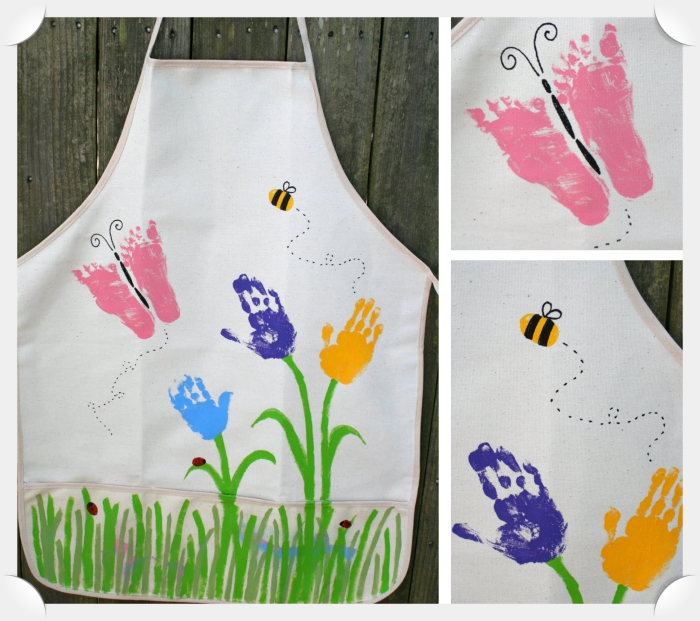 idee cadeau fete des grand mere fait main, modèle de tablier diy décoré avec empreintes de pieds et de mains des enfants