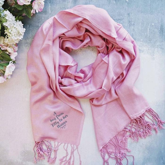 idée quoi offrir pour la fete des mammies, modèle d'écharpe luxueuse et douce de couleur rose avec franges et mots doux
