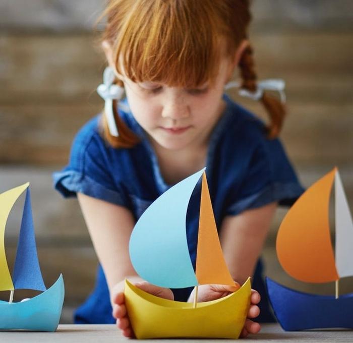 joli bateau en papier à voiles colorés à utiliser comme un bol pour un buffet d'anniversaire thématique