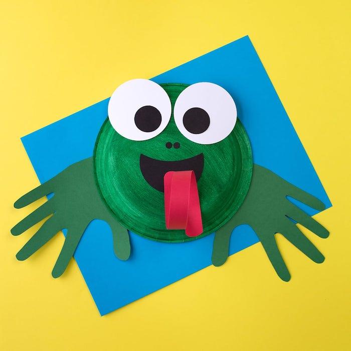 activité manuelle 4 ans une grenouille en assiette de papier vert et des empreintes de main vertes, traits de visage en papier