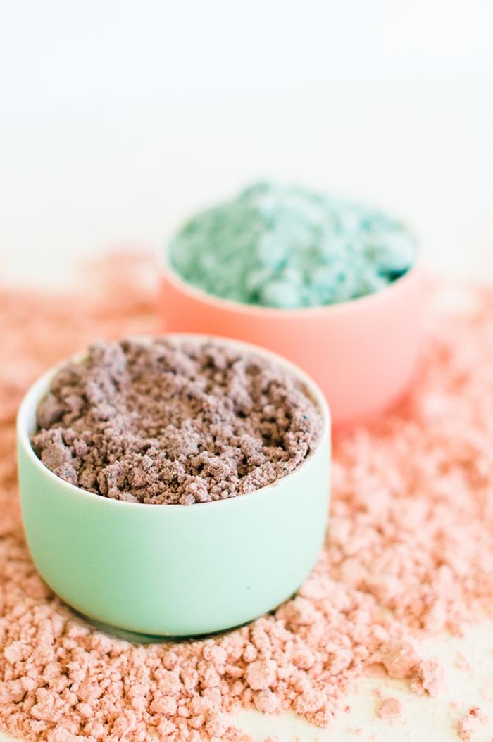 comment faire du sable magique avec des ingrédients simples de base, recette de sable de lune coloré pour proposer aux enfants une activité ludique et sensorielle