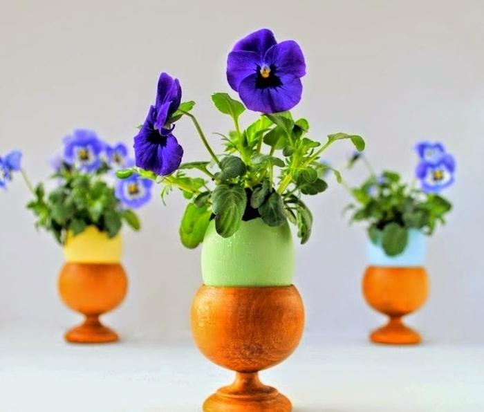 activité manuelle paques, coquille d oeuf transformée en petit diy pot de fleur coloré posé dans un coquetier en bois