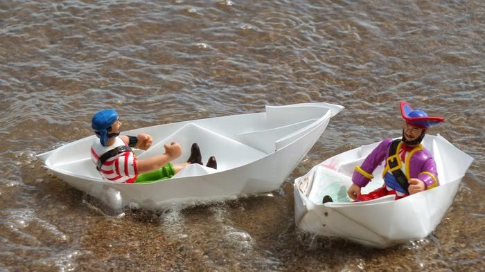 bricolage facile pour les vacances avec un bateau origami qui flotte dans l'eau