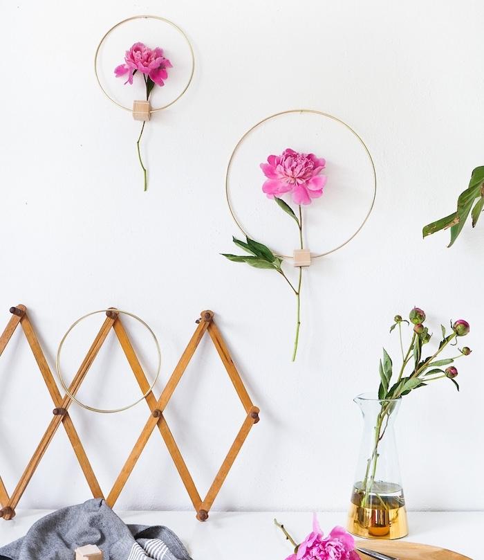décoration murale originale d anneaux en métal avec des blocks de bois et fleurs rose, activité créative de printemps
