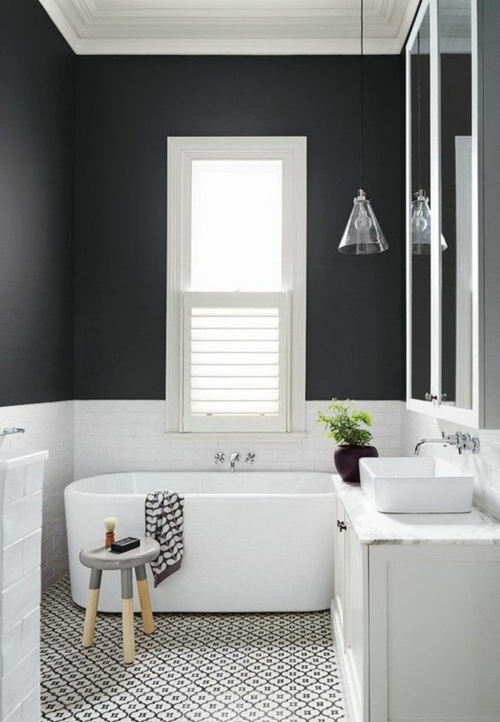 idee salle de bain petite surface, petite baignoire ovale blanche, murs en gris fumée, meuble lavabo blanc, petit lavabo carré en blanc, carrelage du sol en noir et blanc aux motifs losanges