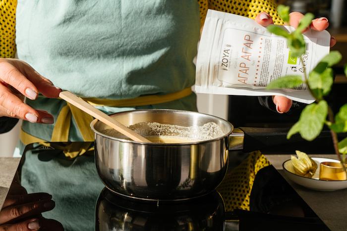 verser l agar agar au lait de soja et le sucre roux pour realiser une recette creme au caramel facile