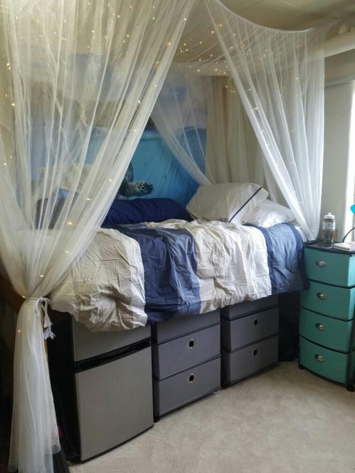 comment amenager studio 15m2., aménagement chambre d'étudiant, lit avec moustiquaire orné de guirlandes d'ampoules lumineuses, des grands cases de rangement en gris, indigo et vert menthe