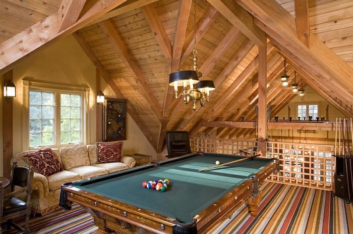 salle de billard, aménagement combles, tapis moquet rayures, sofa vintage crème, déco tout bois