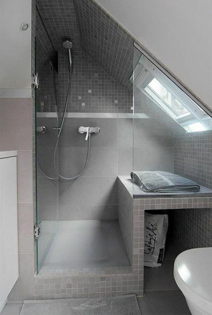 salle de bain en pente, salle de bain mansardée, douche mobile, banquette de salle de bain