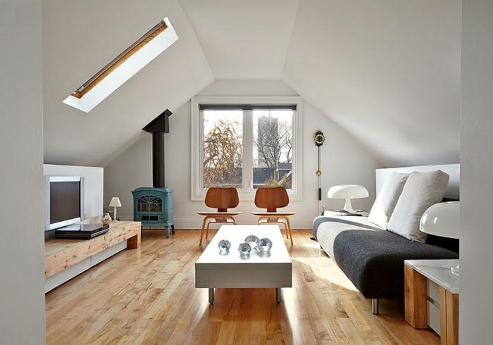 sol stratifié, table blanche rectangulaire, sofa moderne, deux chaises de bois scandinaves, aménager des combles