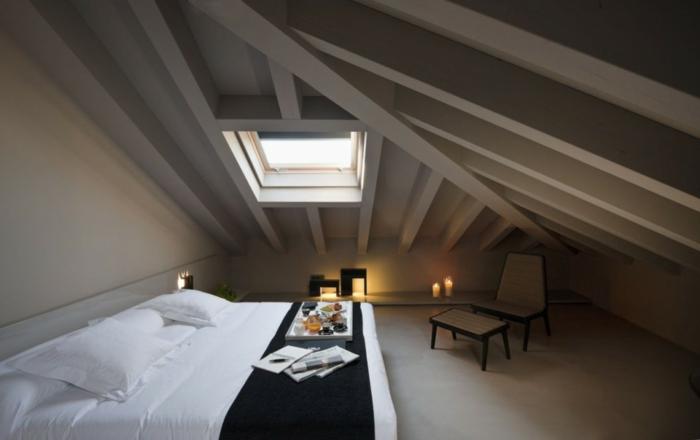 comble aménagé, chambre cosy en style scandinave, fenêtre en pente, bougies allumées
