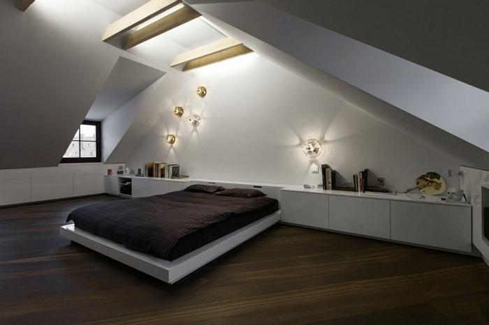 chambre à coucher en bois et blanc, appliques murales contemporaines, poutres apparentes, placards près du mur, aménagement sous pente