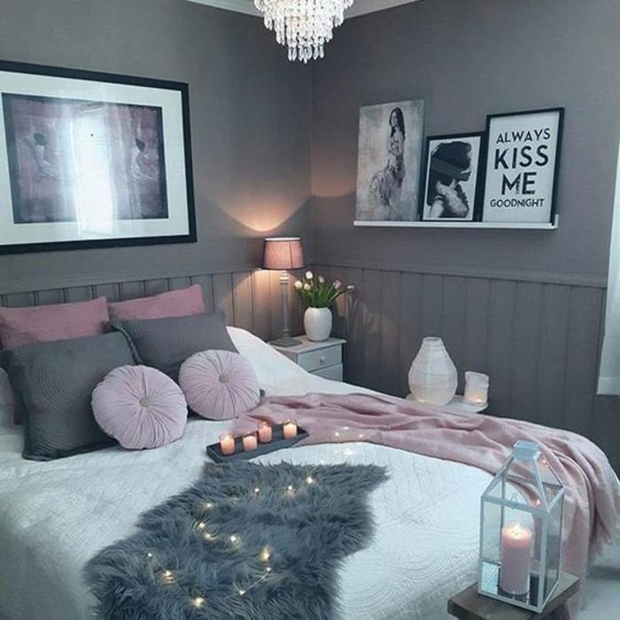 chambre en rose, gris et blanc, murs gris, bougeoir lanterne, coussins roses, coussins gris, ambiance cocooning