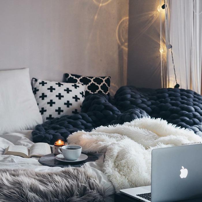 grand jeté de lit grosse maille, plaids fourrure, coussins motifs baroques et scandinaves, ambiance cocooning