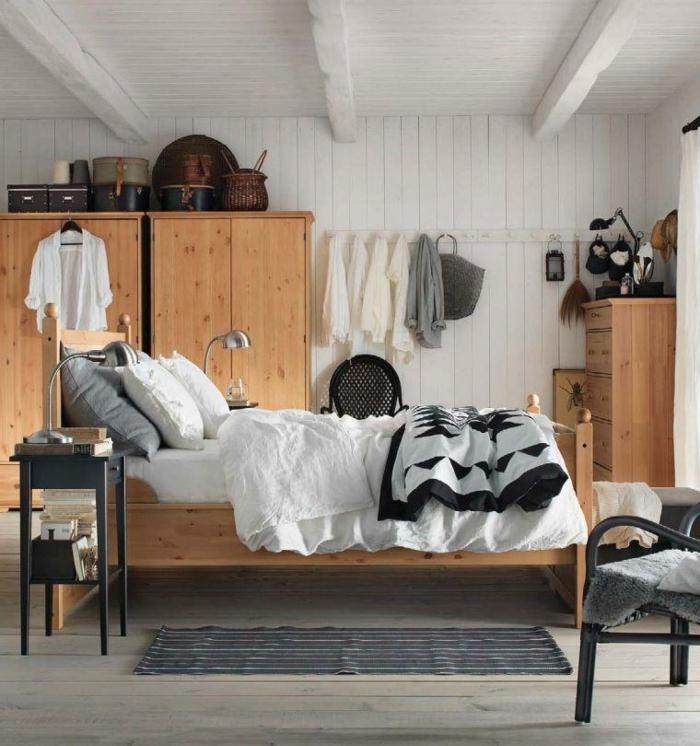 décoration chambre à coucher, armoires en bois, lit en bois clair, tissus claires, tapis gris, lambris en lattes blanches