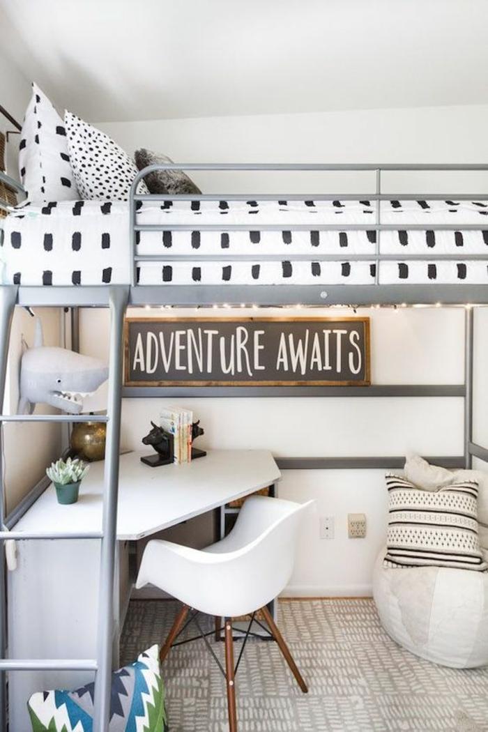 quelle déco chambre étudiant, un exemple d'intérieur relaxant pour dormir et pour travailler, bureau en surface blanche forme triangulaire, sol aux carreaux en beige et blanc