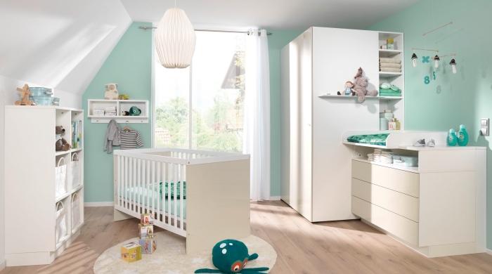comment aménager la chambre bébé sous pente au plafond blanc et murs verts avec meubles de bois blancs